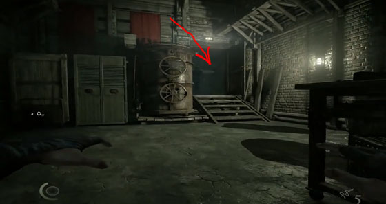 Там и будет закрытая дверь с проходом рядом с лестницей с помощью которого можно пробраться в комнату с сейфом